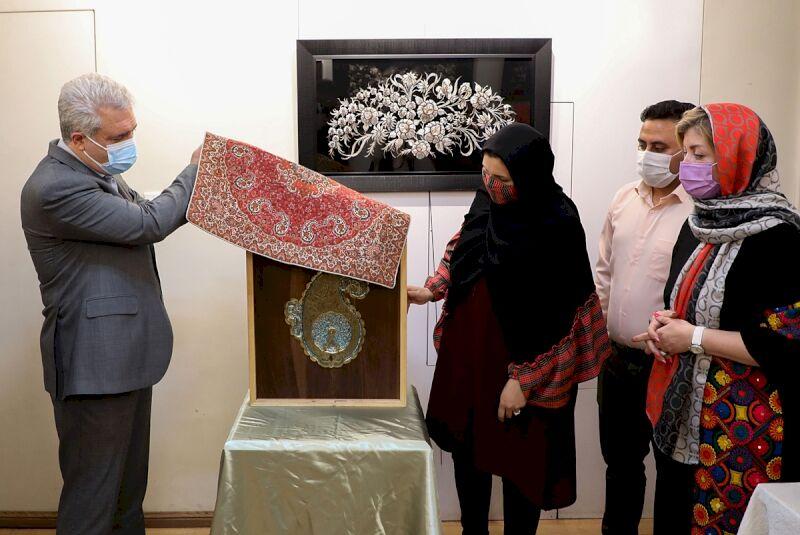 وزیر میراث فرهنگی اولین تابلوی«قلمزنی با تلفیق فیروزه» را رونمایی کرد